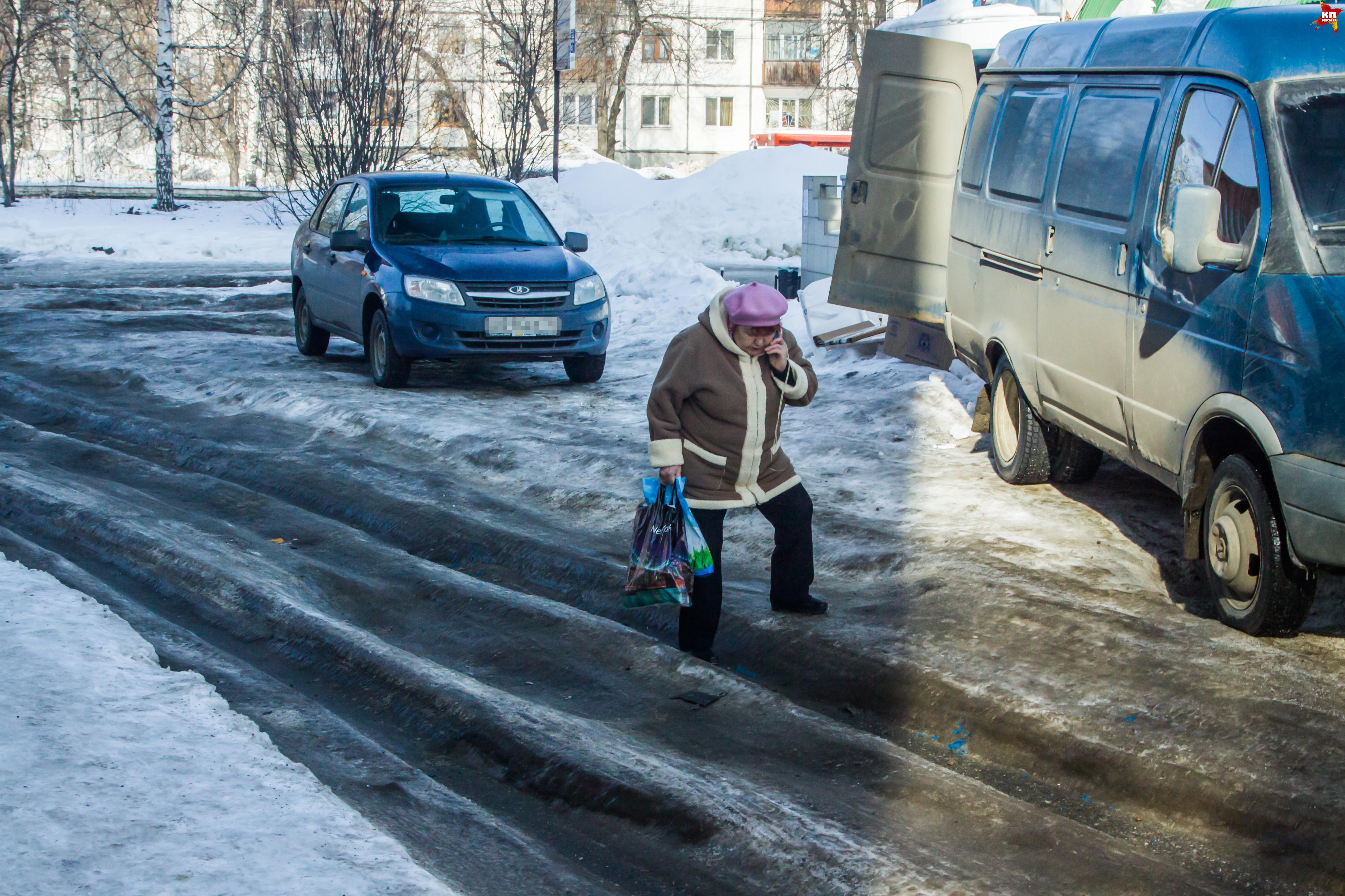 Ижевчане не могут дойти до магазина или остановки - пешеходные дорожки сковал лед