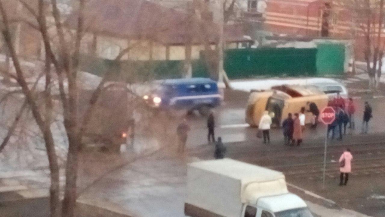 ВЖелезнодорожном районе перевернулась маршрутка спассажирами