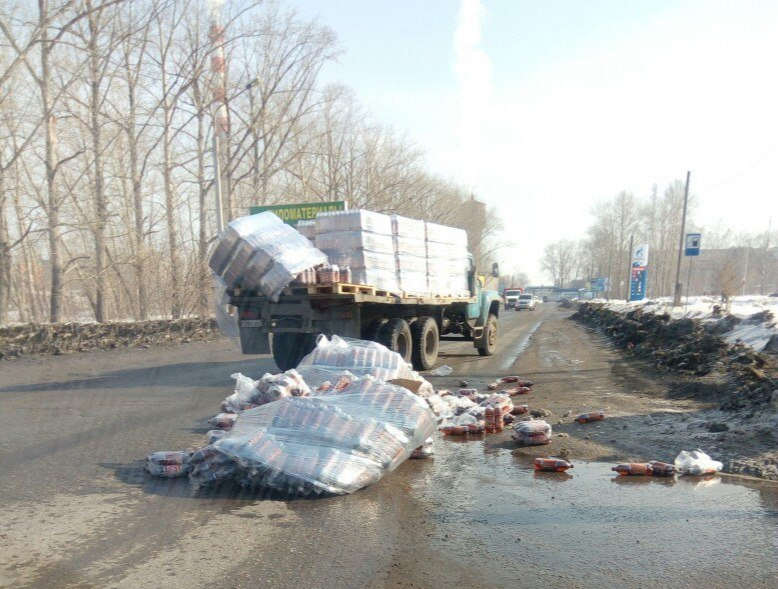 ВОмске из грузового автомобиля выпало несколько сотен бутылок пива