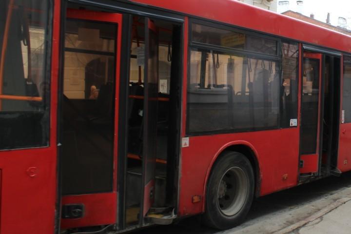 ВКазани девушка на«Мерседесе» врезалась вавтобус