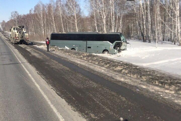 ДТП вКузбассе: Встолкновении фургона савтобусом пострадали два человека