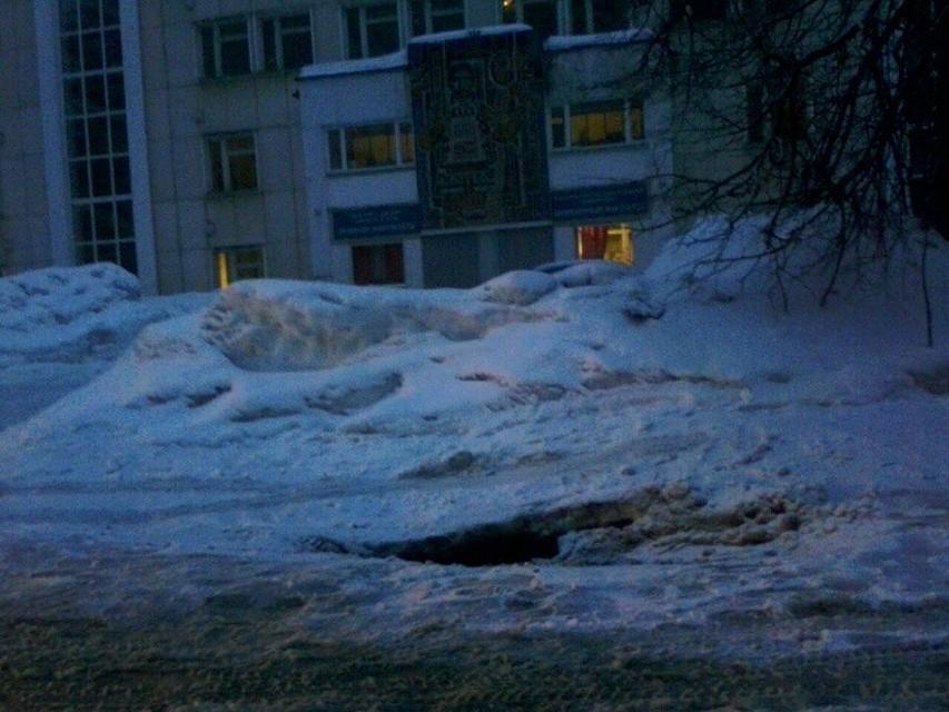 ВУфе из-за просадки грунта создалась огромная яма
