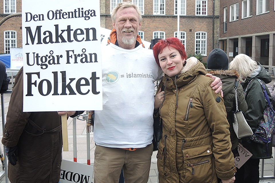 """Наш корреспондент на демонстрации против вторжения мигрантов. На плакате: """"Власть - это народ"""""""