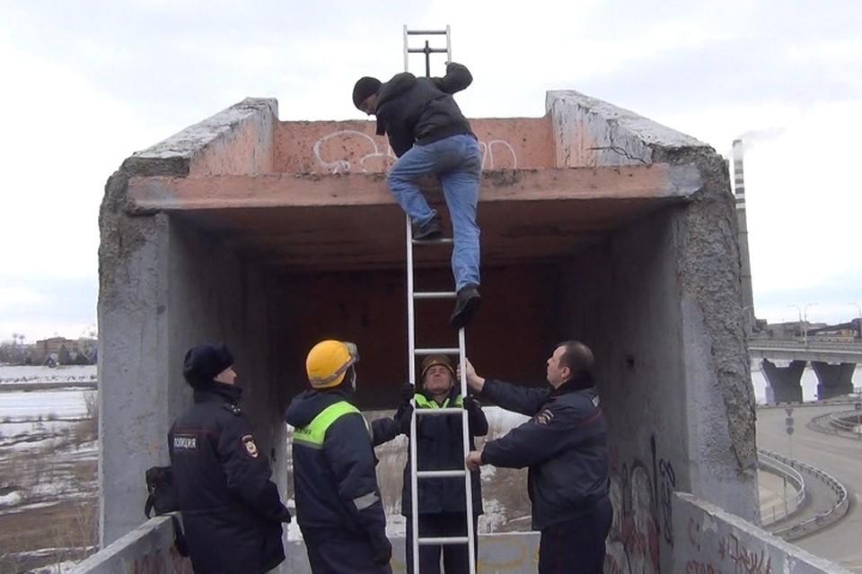 Застрявшего навысоте наркомана спасли вКемерове