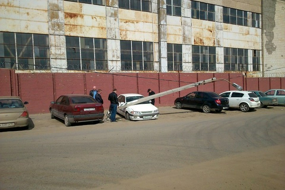 Насевере Волгограда столб раздавил легковую машину