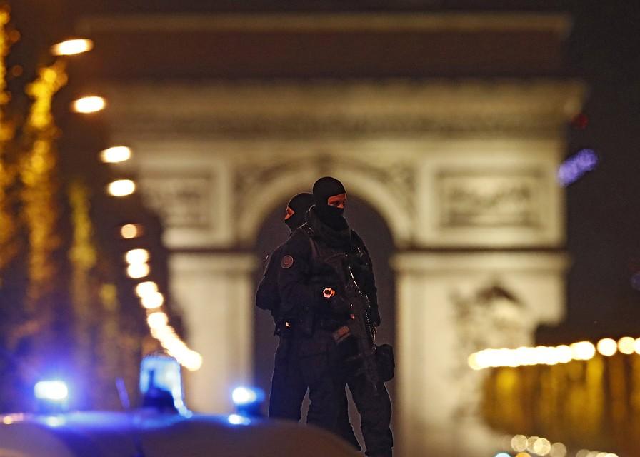 Власти Франции объявили врозыск сообщника нападавшего напарижских полицейских