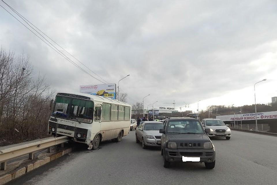Вмассовом ДТП наспуске вСипайлово «ПАЗ» влетел вотбойник