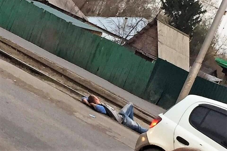 Нетрезвый мужчина вКемерове заснул натрамвайных путях