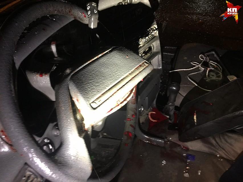 «ВАЗ» врезался в грузовой автомобиль. Изувечились 3 человека