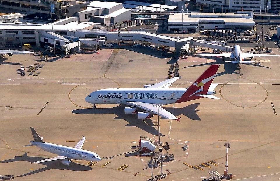 Австралийский лайнер вернулся ваэропорт из-за перегрева мотора