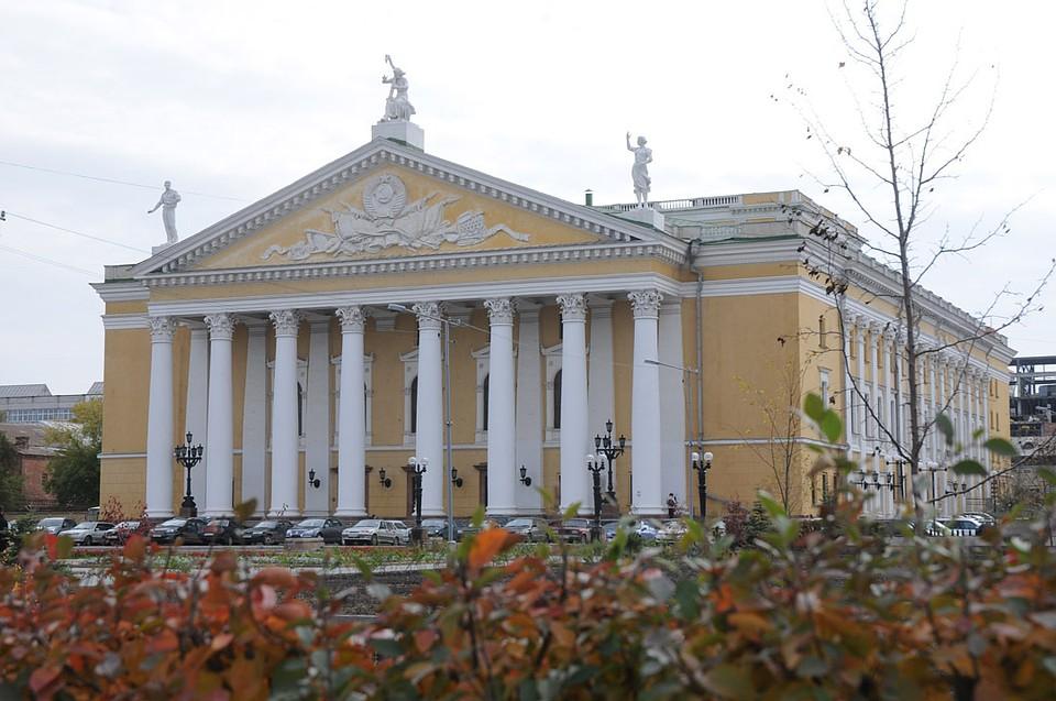 Генпрокуратура требует убрать шлагбаум около оперного театра вЧелябинске
