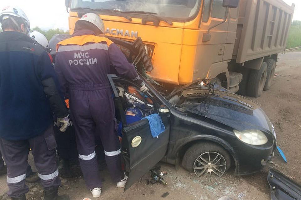 ВБашкирии автомобиль Лифан влетел под большегруз, двое погибших