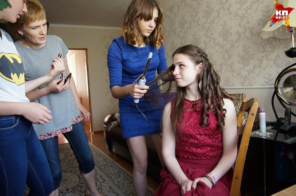 Две подружки и парень после школы фото 135-943