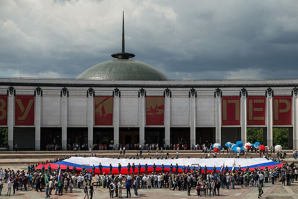 НаПоклонной горе в столице развернули наибольший флаг РФ