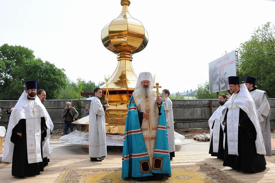 НаСпасском соборе вКирове установили золотой купол икрест
