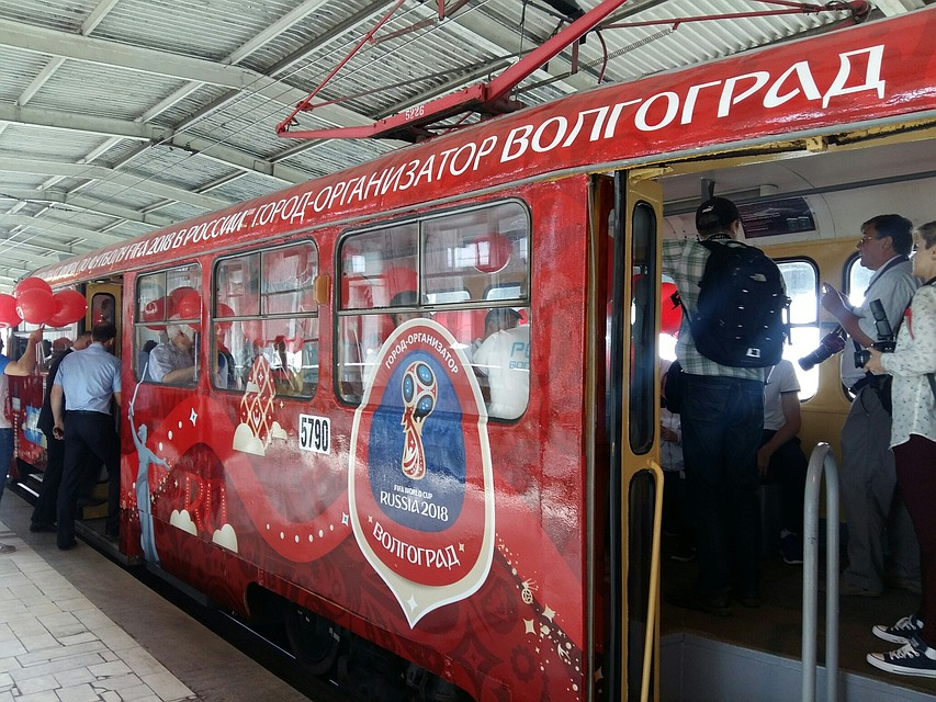 10 вагонов волгоградского метротрама украсили символикойЧМ