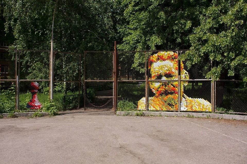 Уличный художник скотчем «нарисовал» портрет Горького назаборе