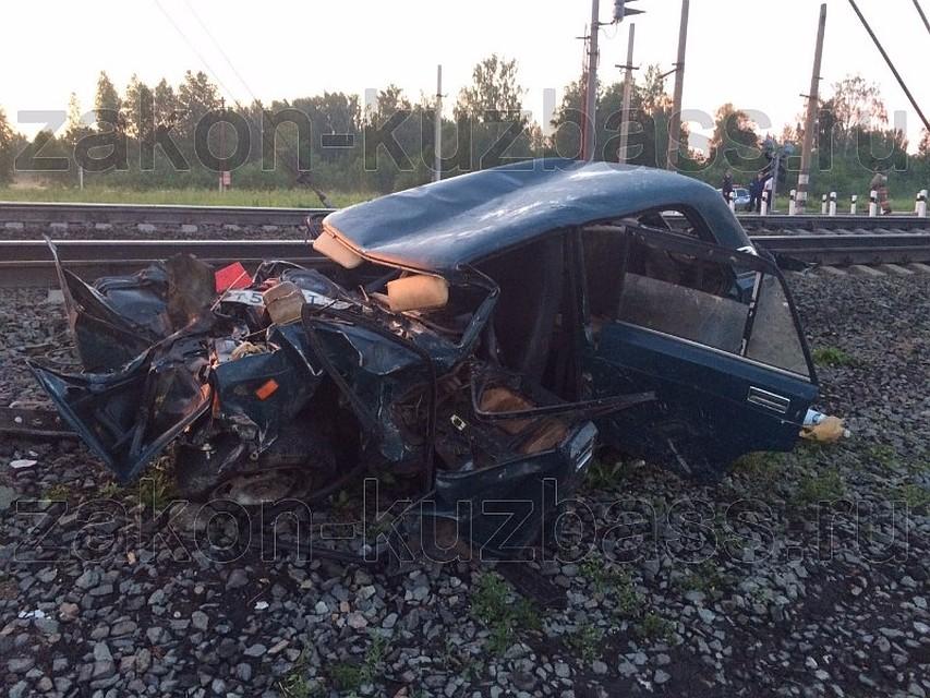 Пассажирский игрузовой поезда столкнулись с«ВАЗ-2107» вКузбассе