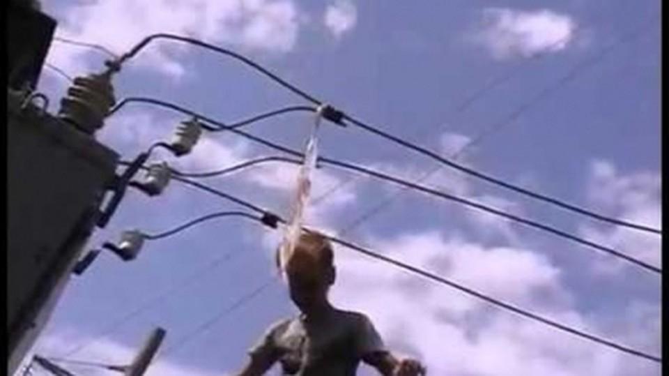 ВУзловой 12-летний ребенок умер, упав наэлектрические кабеля