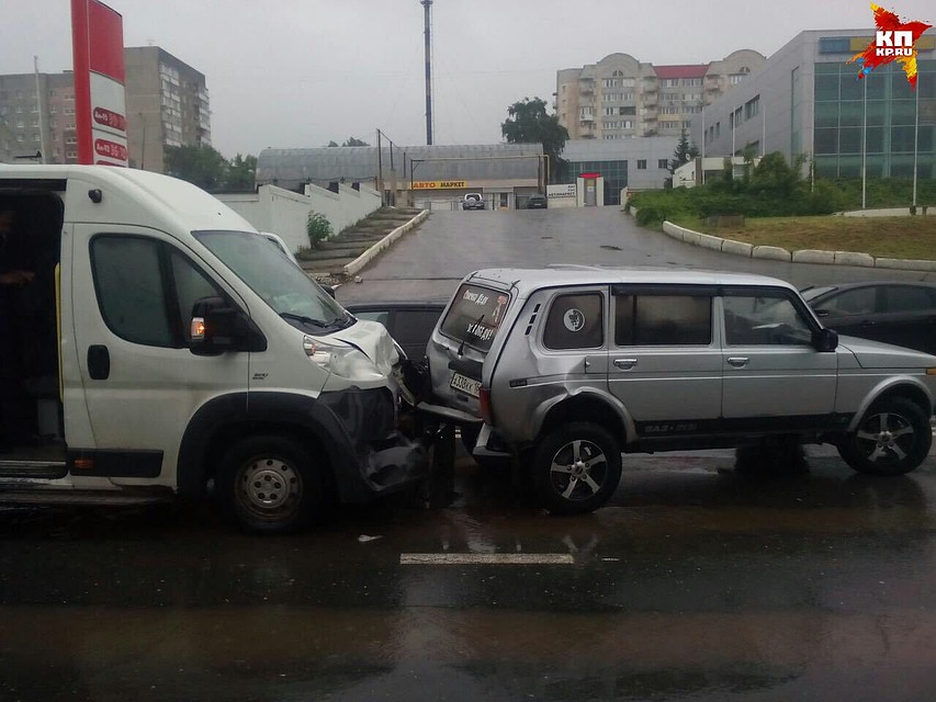 Два человека пострадали вжутком ДТП пассажирского микроавтобуса с«Нивой» вСаратове