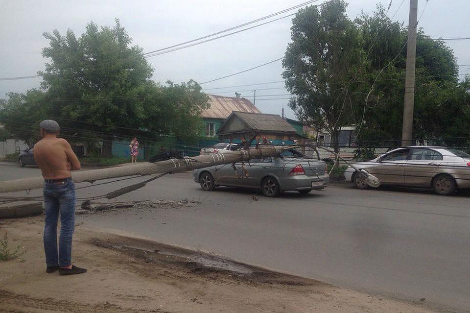 ВКуйбышевском районе накрышу иномарки упал столб