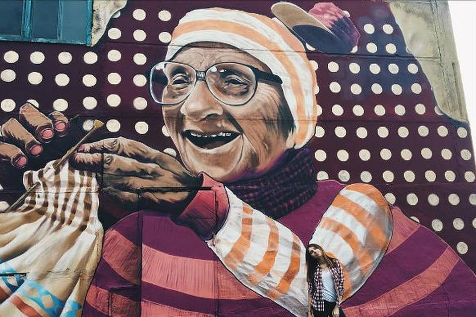 Красноярские живописцы нарисовали немалое граффити сизображением бабушки