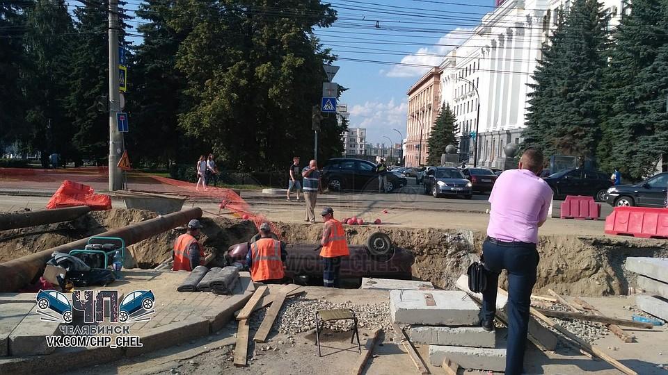 Около администрации Челябинска автомобиль скатился втраншею