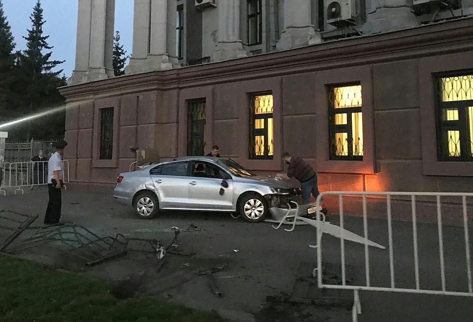 Водитель состажем 24 дня врезался в здание ФСБ