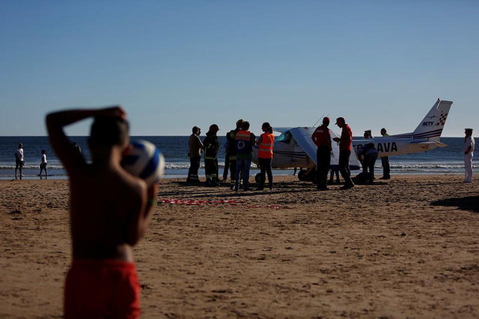 ВПортугалии два человека погибли вовремя посадки на берег самолета