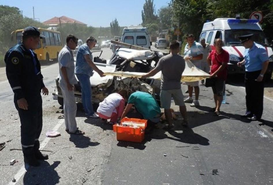 Под Бахчисараем столкнулись легковушка имикроавтобус: двое погибли, четверо доставлены вбольницу