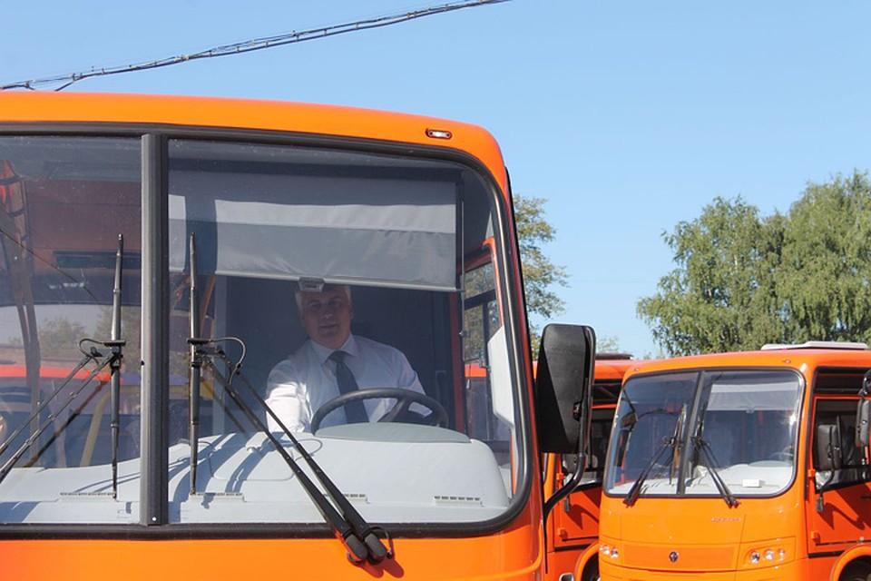 Сергей Белов прокатился поНижнему Новгороду зарулем нового автобуса «Вектор»