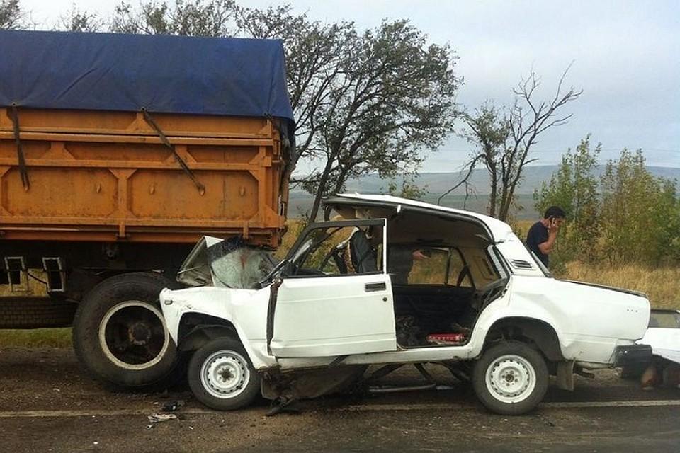 НаФАД «Кавказ» шофёр «семёрки» умер встолкновении с«КамАЗом» наобочине