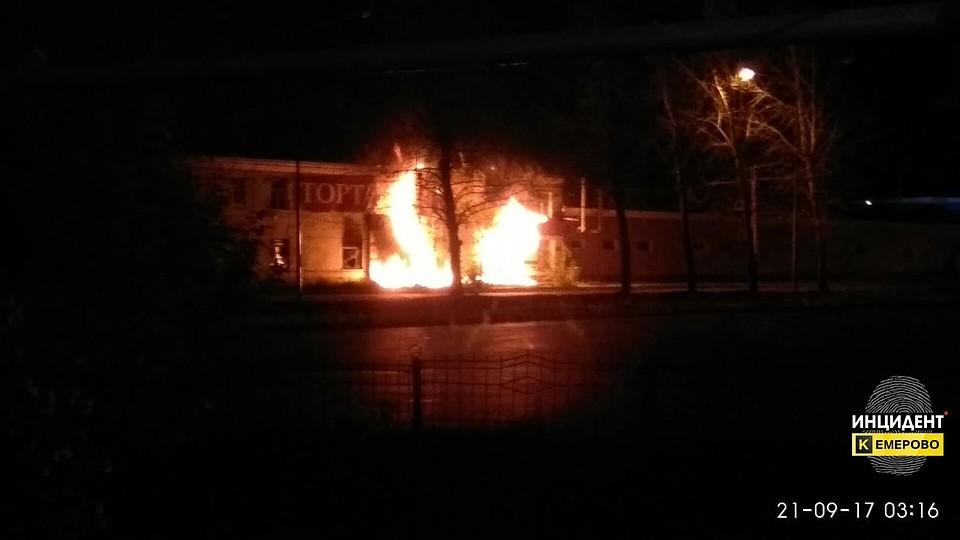 Ночью вРудничном районе Кемерова горела кондитерская