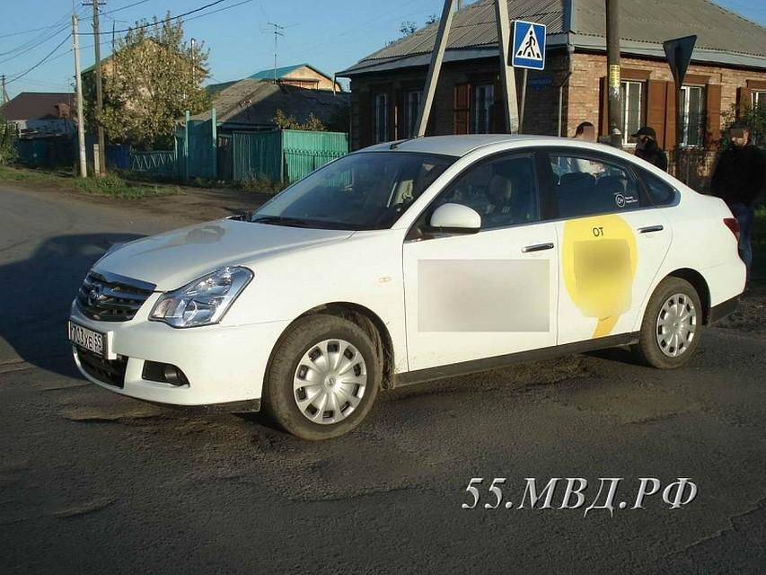 ВОмске пассажир избил водителя такси ивыбросил его измашины