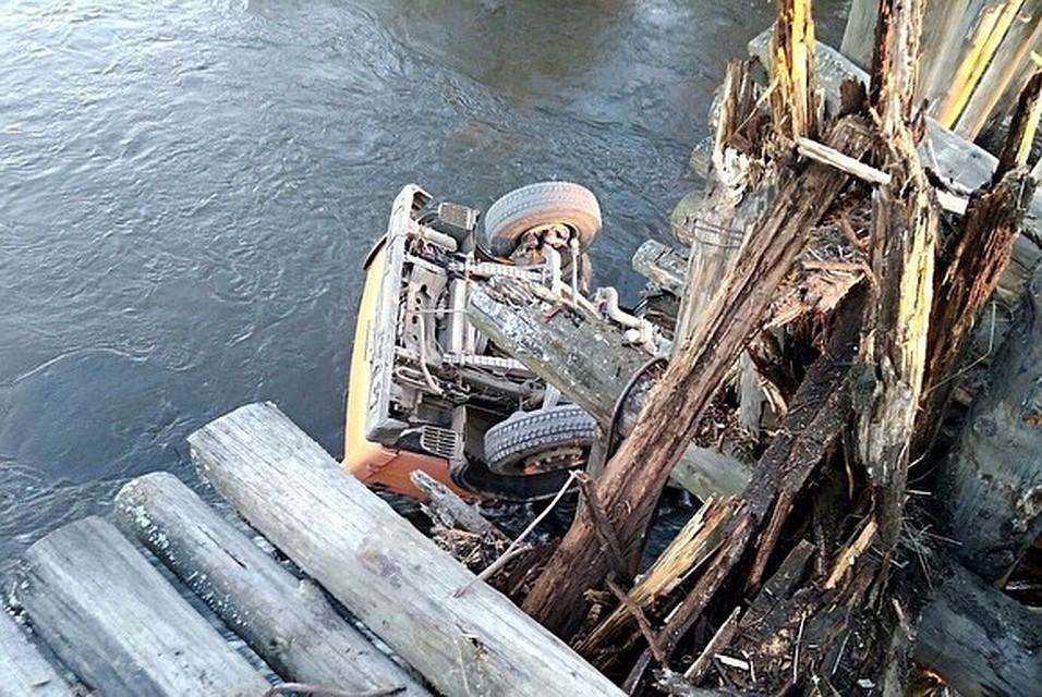ВСвердловской области шофёр  КАМАЗа, перепутавший дорогу, перевернулся на старом  деревянном мосту
