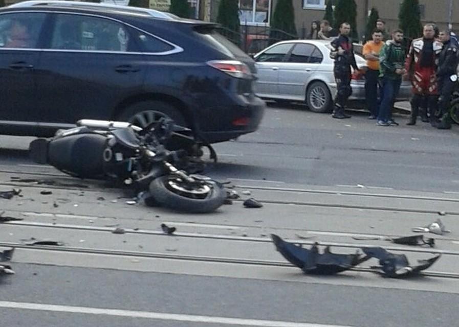 Владельцы автомобилей говорили о страшном ДТП вКалининграде, вкотором умер мотоциклист