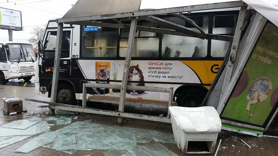 Автобус спассажирами разнес остановку наПискаревском проспекте