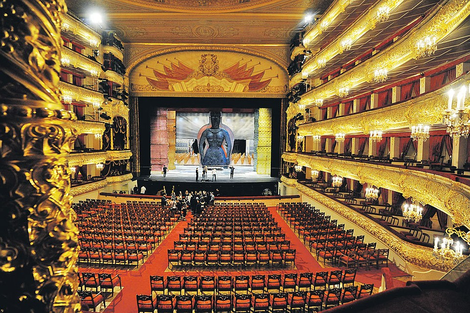 Около 3,5 тыс.  человек эвакуированы из огромного  театра в столице