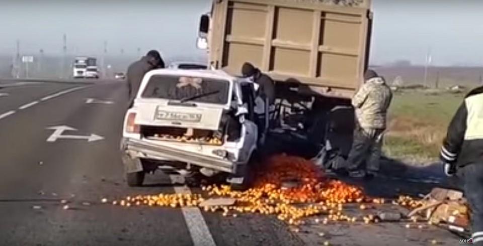 Натрассе Ростов-Таганрог легковушка смандаринами врезалась в грузовой автомобиль