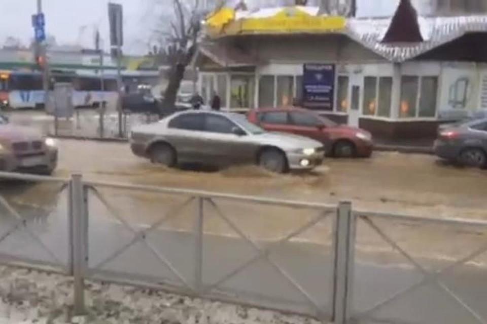 Из-за коммунальной трагедии вцентре Перми затопило улицу Луначарского