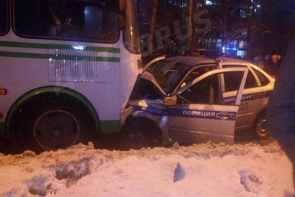 Автомобиль Росгвардии ипассажирский автобус столкнулись вИркутске