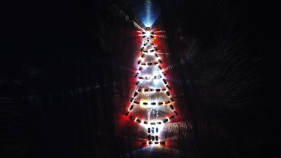 Южноуральские владельцы автомобилей собрали елку из вседорожников