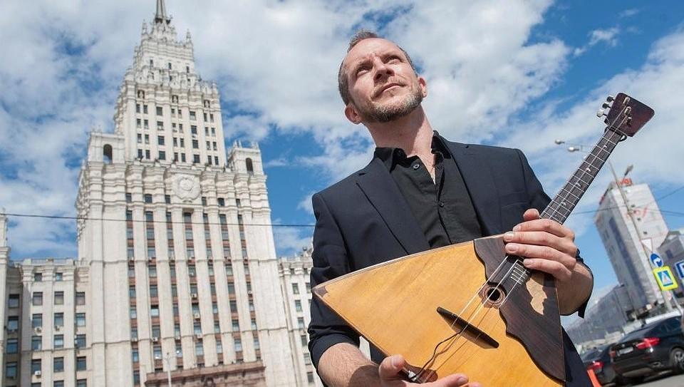 Музыкант CrazyBalalaika Калинин умер в российской столице отножевых ранений