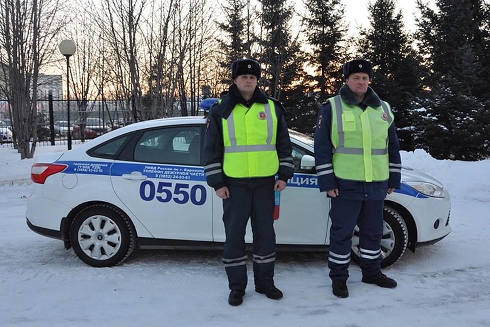 Алтайские полицейские спасли замерзающую натрассе семью