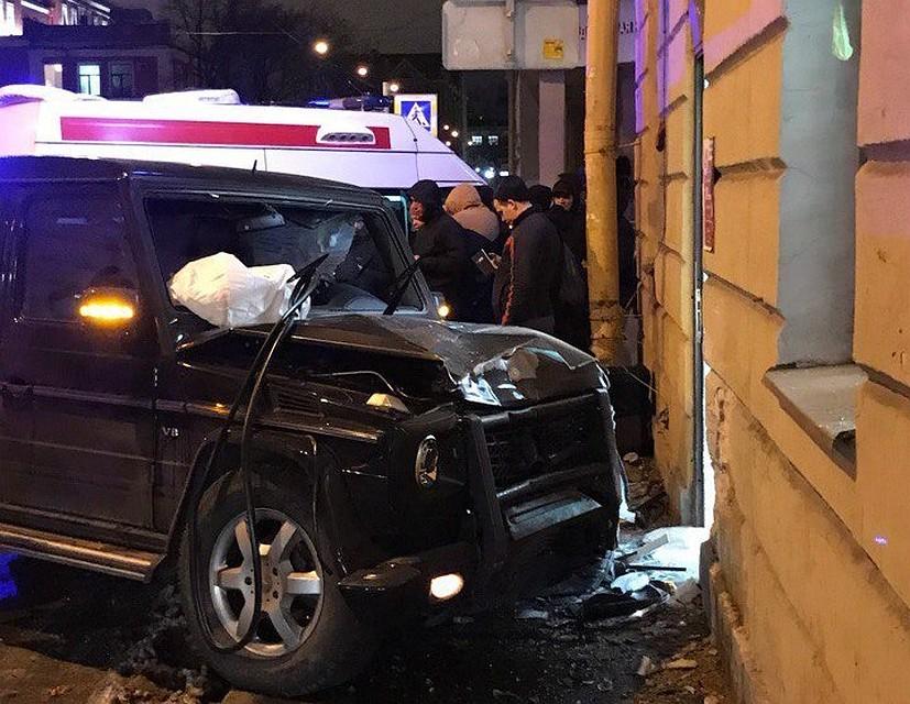 После ДТП соскорой иностранная машина  врезалась в«Пятерочку»