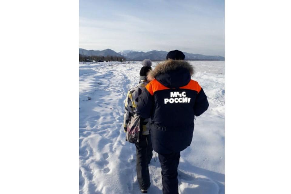 Девушку-инвалида спасли инспекторы ГИМС натонком льду вчерте Байкальска