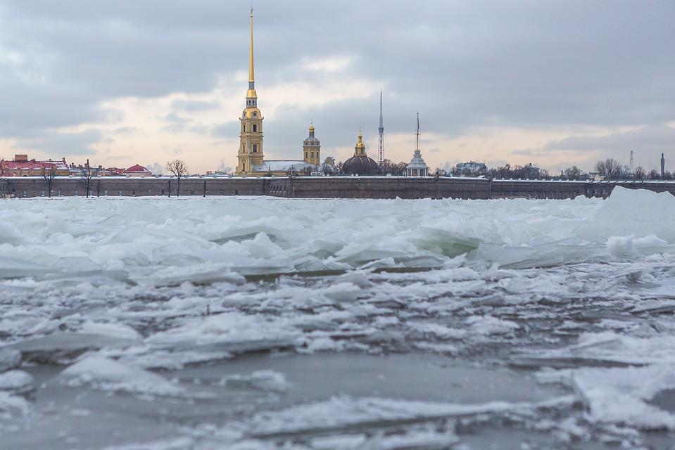 Из-за подъема уровня воды впетербургской Неве был задействован ледокол