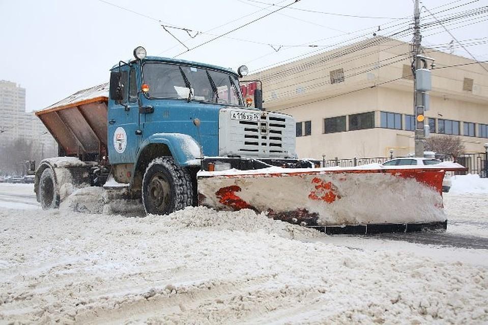ВВолгограде последствия ледяного дождя устраняют 75 единиц спецтехники