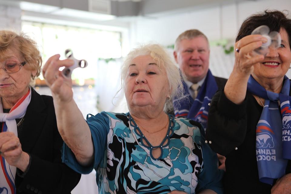 Петербургским пенсионеркам к8Марта преподнесли спиннеры— Крутите наздоровье