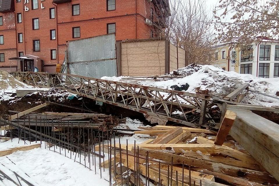 Строительный кран упал вцентре Казани